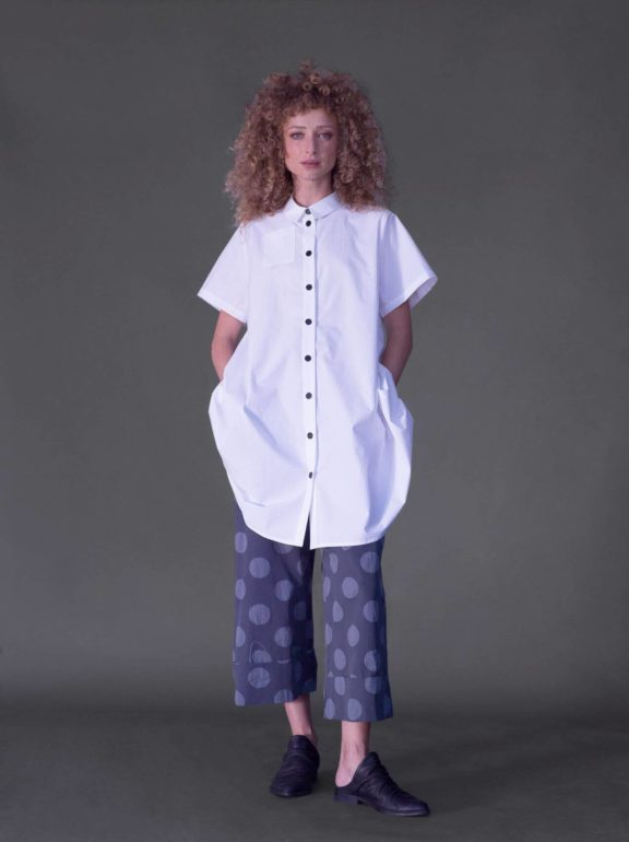 AMMA_Frühjahr_Sommer 2022 Pants grey dots white blouse